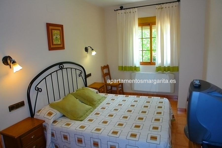 http://www.apartamentosmargarita.es/wp-content/uploads/2014/05/dormitorio-viola-foto2.jpg